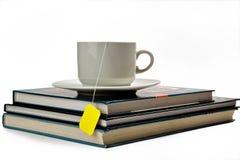 Una taza de té y de libros Fotos de archivo libres de regalías