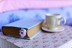 Una taza de té y de un libro Imagen de archivo libre de regalías