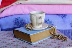 Una taza de té y de un libro Fotografía de archivo libre de regalías