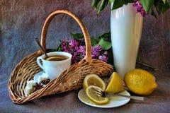 Una taza de té y de una cesta Fotos de archivo