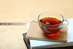 Una taza de té y de libretas Foto de archivo