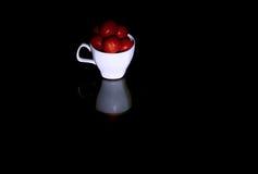 Una taza de tomates Fotos de archivo libres de regalías
