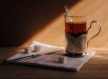 Una taza del té en un soporte de vaso hermoso, aún vida en el camino Imágenes de archivo libres de regalías