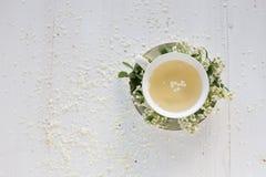 Una taza delicada del vintage rosas Endecha plana Imagen de archivo