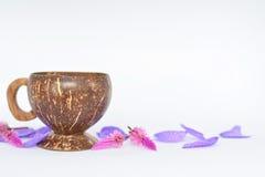 Una taza hecha de cáscara del coco foto de archivo