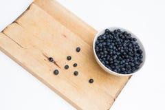 Una taza llena de blueberryes frescos de la más forrest Foto de archivo libre de regalías