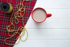 Una taza roja de cacao caliente en la tabla blanca, espacio libre para el texto fotografía de archivo