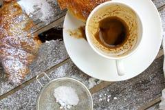 Una taza sucia después del café en una superficie de madera Fotos de archivo