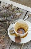 Una taza sucia después del café en una superficie de madera Foto de archivo libre de regalías