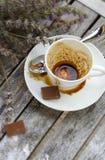 Una taza sucia después del café en una superficie de madera Foto de archivo