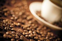 Una taza y habas de café Imágenes de archivo libres de regalías