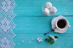 Una tazza bianca di tè con i fiori della mela e della caramella gommosa e molle fotografia stock