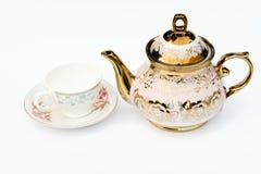 Una tazza in bianco e un bollitore con fondo bianco colore fotografia stock