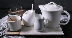 Una tazza calda di cottura a vapore piacevole di tè Immagini Stock