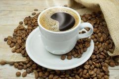 Una tazza calda di forte caffè Fotografie Stock
