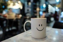 Una tazza con il fronte sorridente con bello boken ed offuscato il backgrou Immagine Stock Libera da Diritti