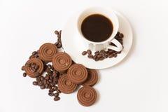 Una tazza dei biscotti del cioccolato e del caffè nero Fotografie Stock