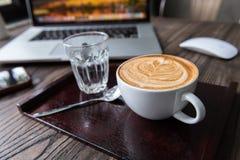 Una tazza del caffè caldo di arte del latte del cuore fotografia stock