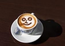 Una tazza del caffè di cappucino, bevanda deliziosa di mattina, tazza del caffè di mattina, tazza con la schiuma del caffè nel fo Fotografie Stock Libere da Diritti