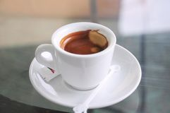 Una tazza del caffè espresso del coffe su bianco fotografia stock libera da diritti