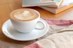 Una tazza del latte del caffè sul tovagliolo Fotografia Stock Libera da Diritti
