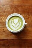 Una tazza del latte di matcha del tè verde Fotografie Stock