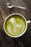 Una tazza del latte di matcha del tè verde Fotografia Stock