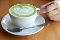 Una tazza del latte di matcha del tè verde Immagini Stock Libere da Diritti