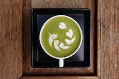 Una tazza del latte di matcha del tè verde Immagini Stock