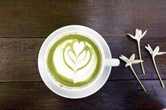 Una tazza del latte di matcha del tè verde Immagine Stock