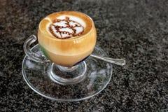 Una tazza del marocchino sulla tavola Immagine Stock Libera da Diritti