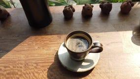 Una tazza del offee nero su una tavola di legno, vista dalla cima video d archivio