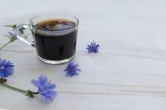 Una tazza della cicoria Bevanda d'invigorimento di mattina immagini stock