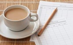 Una tazza della tazza di caffè con il documento di progettazione Fotografia Stock Libera da Diritti