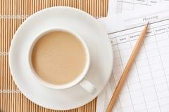 Una tazza della tazza di caffè con il documento di progettazione Fotografie Stock Libere da Diritti