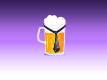 Una tazza di birra con un legame Fotografie Stock Libere da Diritti