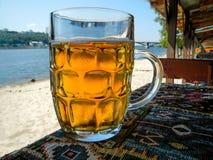 Una tazza di birra e di sudorazione Fotografia Stock