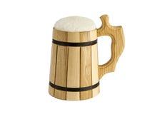 Una tazza di birra su un fondo bianco Immagine Stock