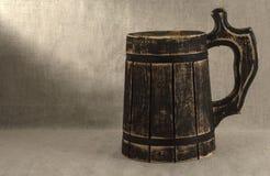 Una tazza di birra su un fondo bianco Immagini Stock Libere da Diritti