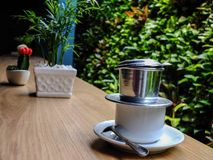 Una tazza di caffè è mescolata una mattina immagini stock libere da diritti
