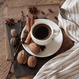 Una tazza di caffè caldo e degli oggetti di tema intorno  Fotografie Stock