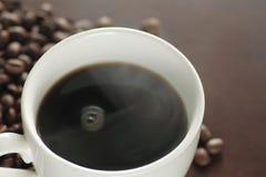 Una tazza di caffè caldo sulla tabella Fotografia Stock