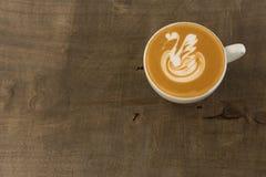 Una tazza di caffè con arte a forma di del latte del tulipano immagini stock