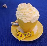 Una tazza di caffè con crema e zucchero montati Immagine Stock