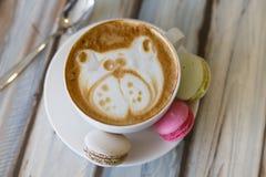 Una tazza di caffè con i bigné fotografia stock libera da diritti