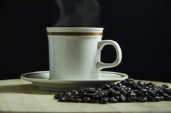 Una tazza di caffè con i chicchi di caffè fotografie stock libere da diritti