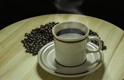 Una tazza di caffè con i chicchi di caffè fotografie stock
