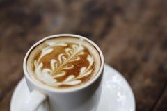 Una tazza di caffè con il modello della foglia Immagine Stock Libera da Diritti