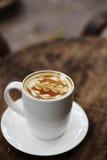 Una tazza di caffè con il modello della foglia Immagine Stock