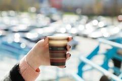 Una tazza di caffè disponibila Fotografia Stock Libera da Diritti